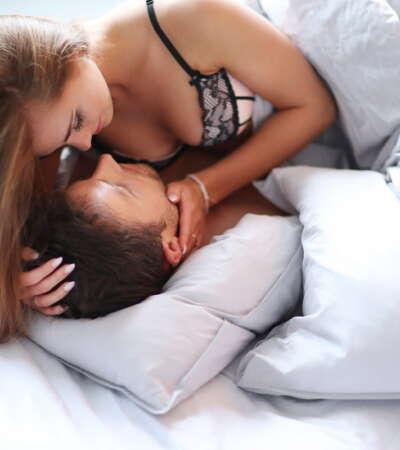 kobieta w łóżku z facetem przed zrobieniem lodzika